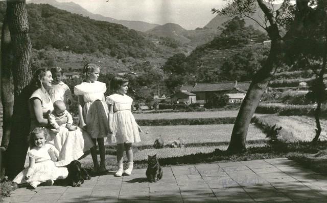 de-beaussets-in-garden-in-peitou-1956001.jpg
